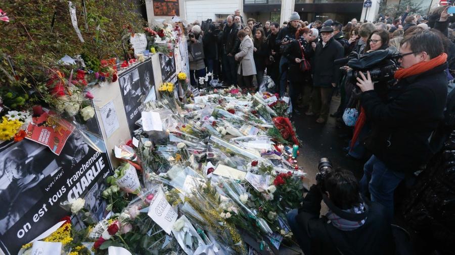 flores-sao-colocadas-em-frente-a-sede-do-jornal-semanal-charlie-hebdo-em-paris-1420760861871_1920x1080